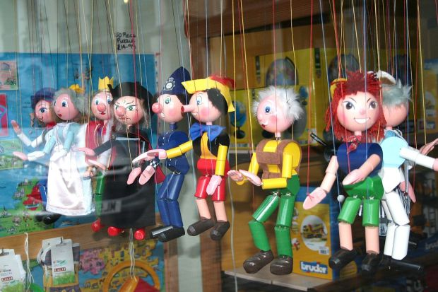 1280px-Puppets_in_a_shop_window-27July2010_large